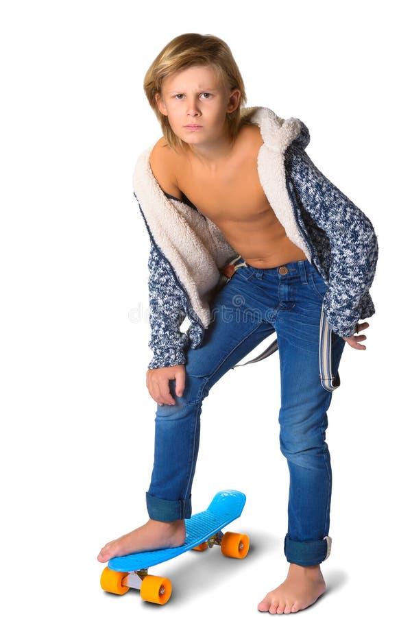 Śliczna blondynki chłopiec, nastolatek w pełnej długości przypadkowej lub obraz stock