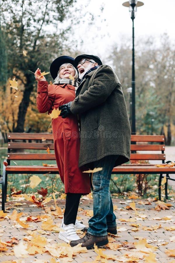 Śliczna blondynki kobiety pozycja blisko do jej partnera fotografia stock