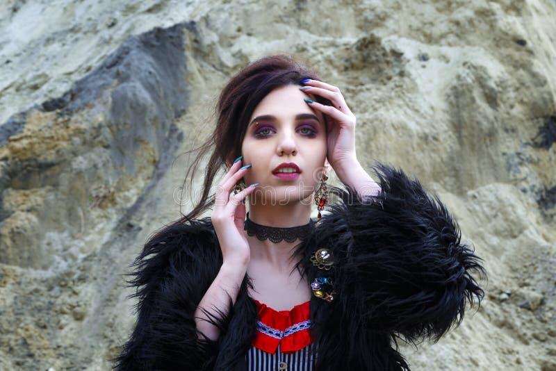 Śliczna brunetki dziewczyna pozuje w fantazja portrecie jest ubranym jak antykwarska arystokratyczna dama z rocznika stylem obrazy royalty free