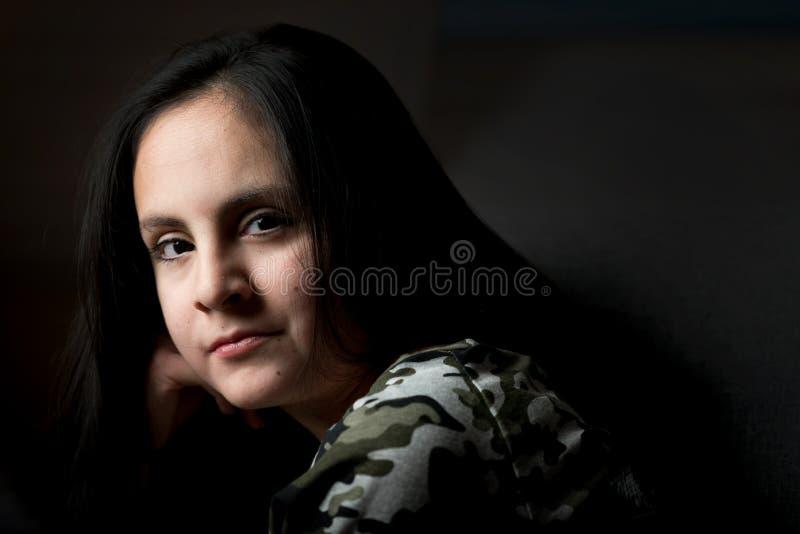 Śliczna brunetki dziewczyna z długi czarni włosy pozować fotografia royalty free