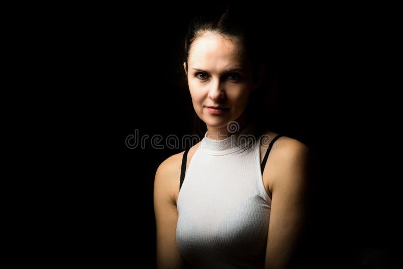 Śliczna brunetki kobieta z długi czarni włosy pozować zdjęcia royalty free