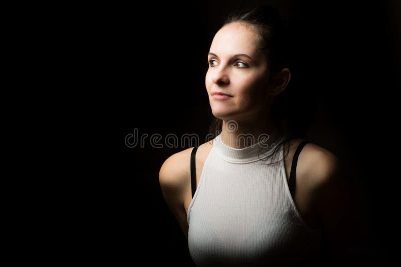 Śliczna brunetki kobieta z długi czarni włosy pozować zdjęcie royalty free