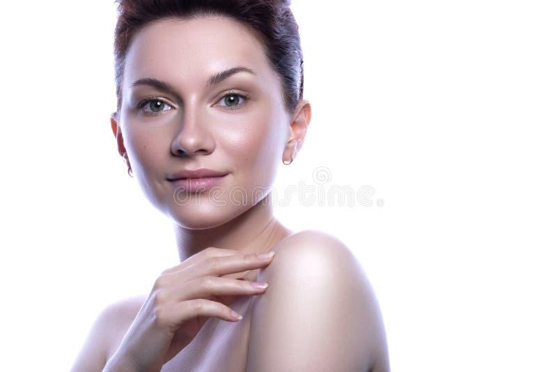 Śliczna brunetki kobieta z nagą postacią uzupełnia Czyści doskonałą świeżą skórę Zakończenie w górę piękna pojęcia skincare i nat fotografia royalty free