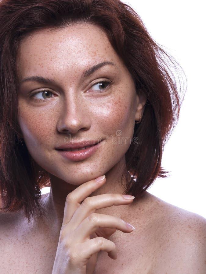Śliczna brunetki kobieta z piegami po całym ona twarz Czyści doskonałą świeżą skórę Zamyka w górę piękna pojęcia skincare i natur obraz stock