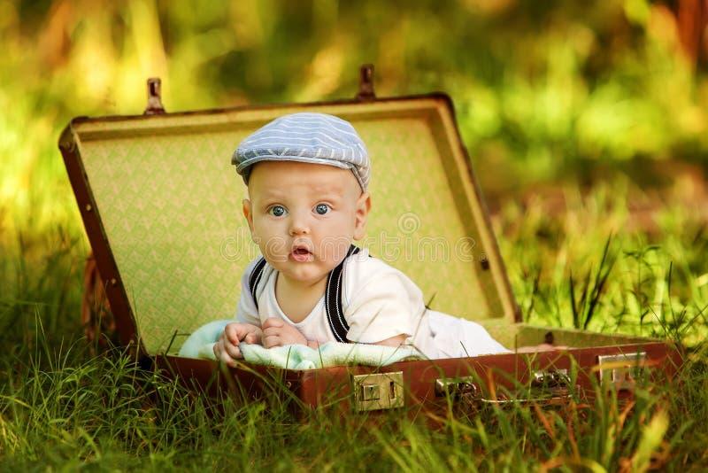 Śliczna caucasian chłopiec w parku obrazy stock