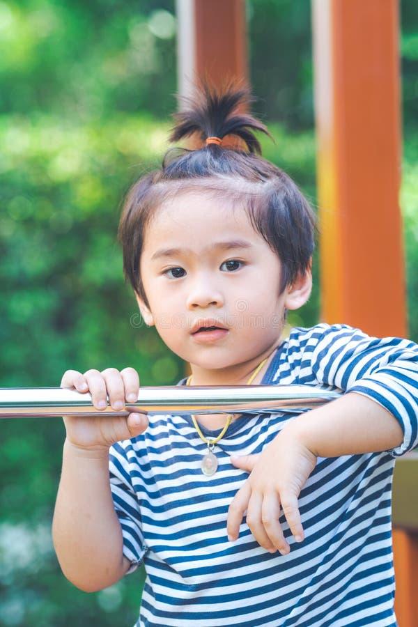 Śliczna chłopiec bawić się w boisku obraz royalty free