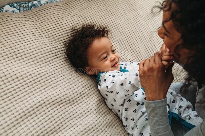 Śliczna chłopiec bawić się z matką zdjęcia royalty free