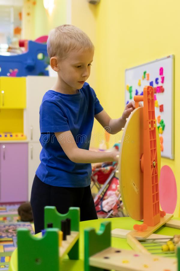 Śliczna chłopiec bawić się z zabawkami przy uczenie centrum zdjęcia royalty free