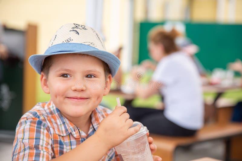 Śliczna chłopiec cieszy się dojnego potrząśnięcie podczas tropikalnego wakacje fotografia royalty free