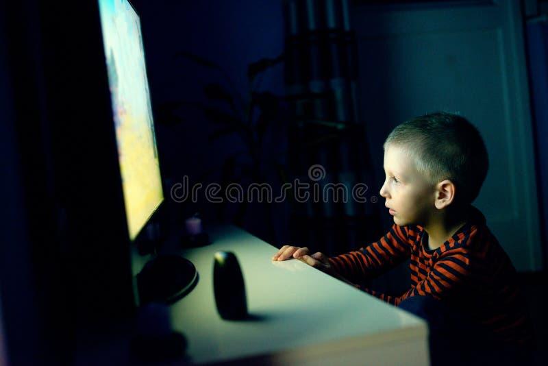 Śliczna chłopiec dopatrywania kreskówka obraz stock