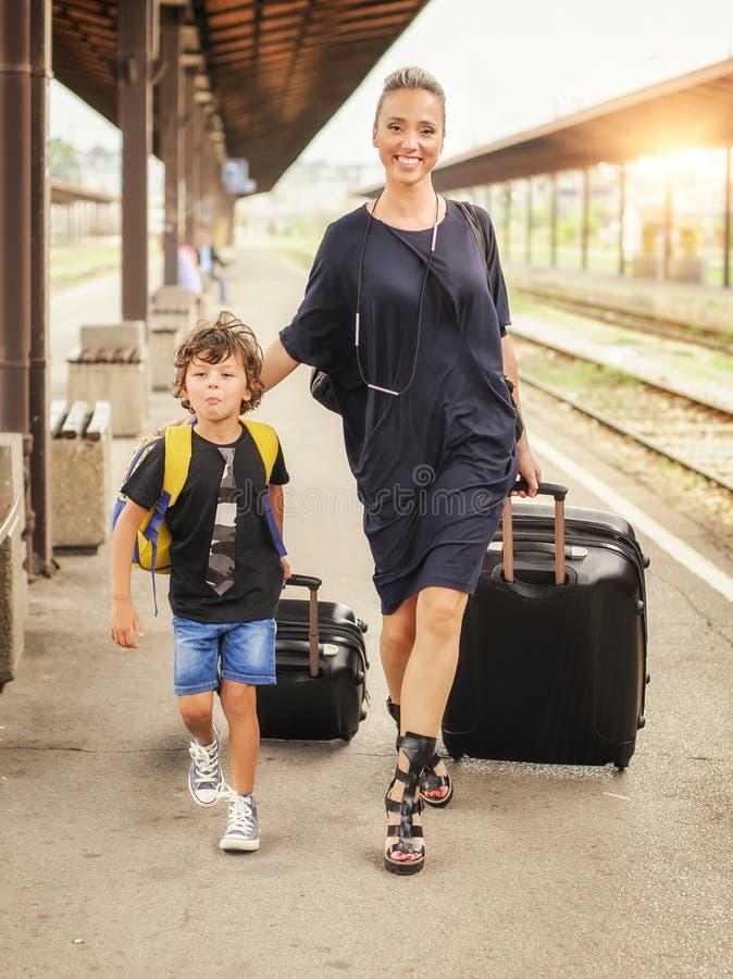Śliczna chłopiec i matka na staci kolejowej zdjęcia royalty free