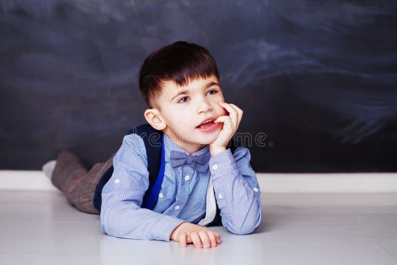 Śliczna chłopiec marzy w domu w błękitnej koszula zdjęcia royalty free