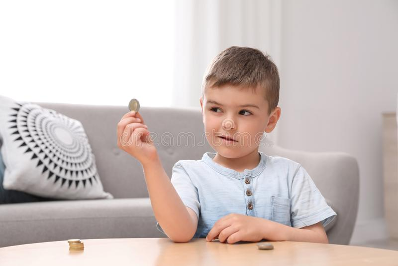Śliczna chłopiec mienia moneta obraz stock