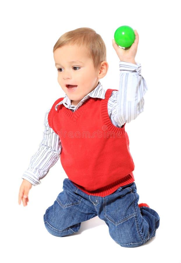 śliczna chłopiec miotania piłka fotografia stock