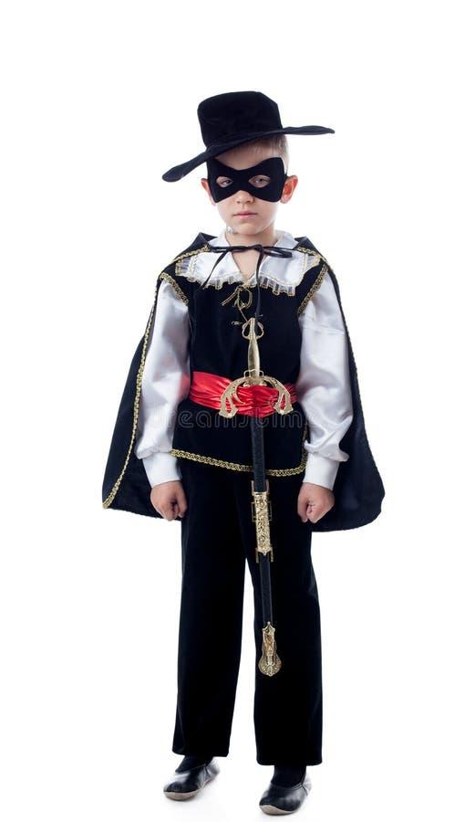 Śliczna chłopiec pozuje w Zorro kostiumu zdjęcie royalty free