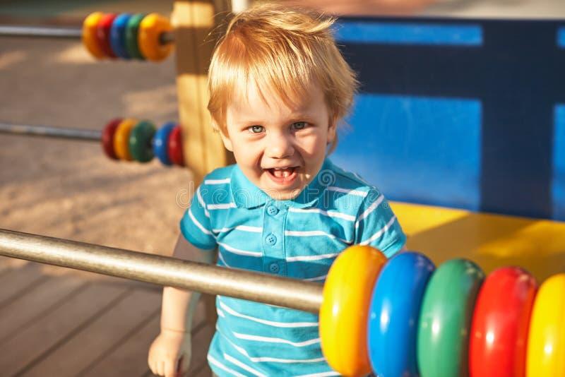 Śliczna chłopiec przy boisko terenem Lato plenerowy fotografia royalty free