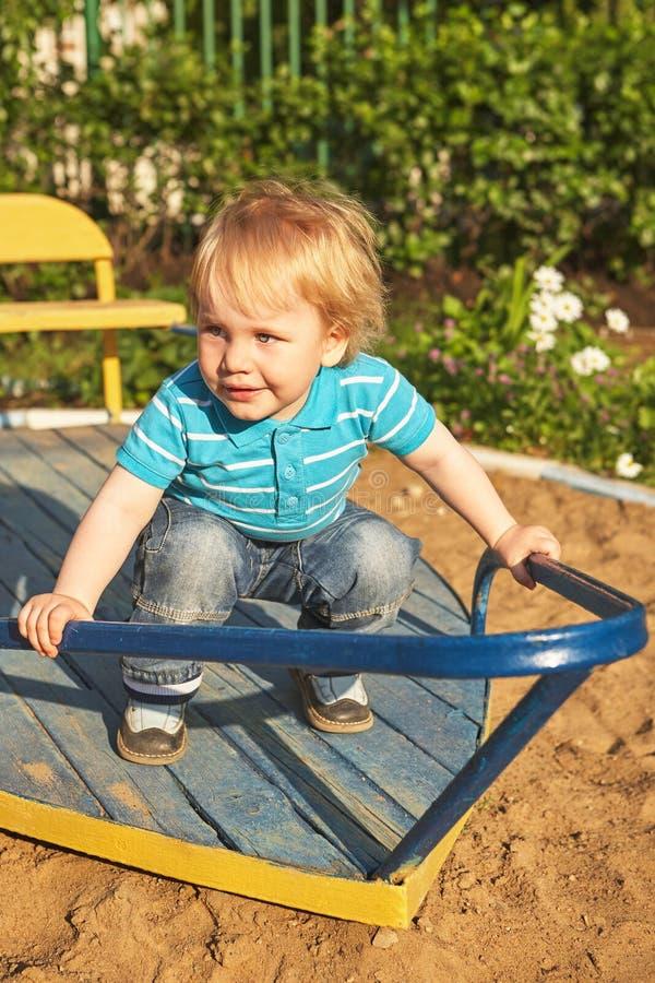 Śliczna chłopiec przy boisko terenem Lato plenerowy obraz stock