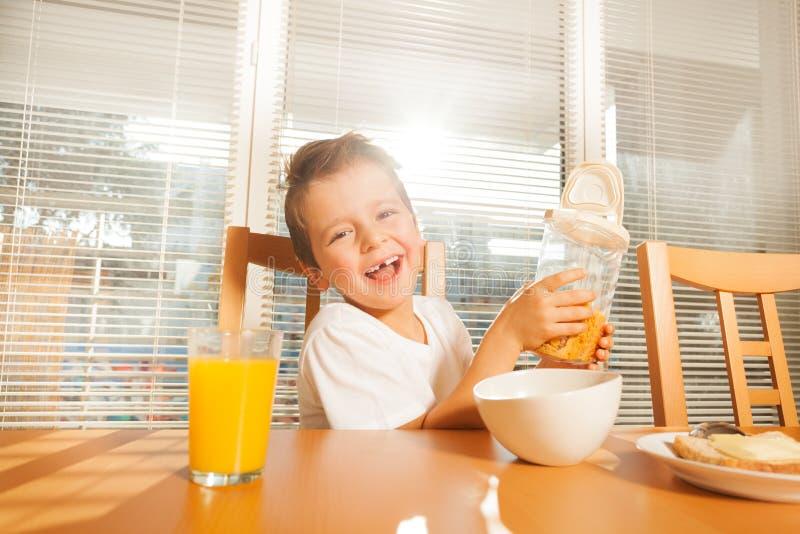 Śliczna chłopiec robi śniadaniu w pogodnym ranku zdjęcia royalty free