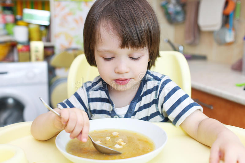Download Śliczna Chłopiec (2 10 Rok) Jedzą Grochową Polewkę Z Piec Chlebami Obraz Stock - Obraz złożonej z chleb, portret: 57657537