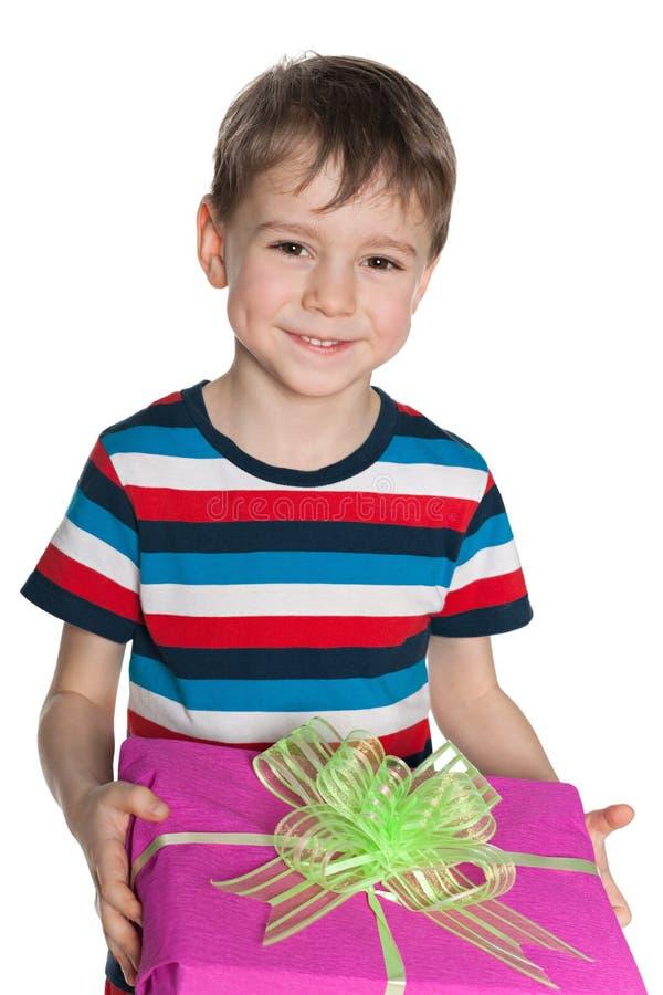 Śliczna chłopiec trzyma prezenta pudełko zdjęcie stock