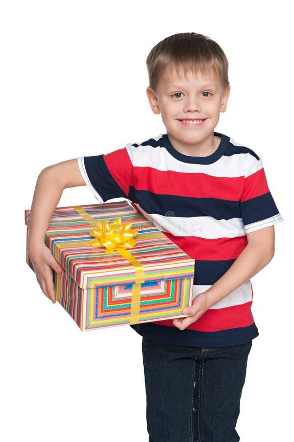 Śliczna chłopiec trzyma prezenta pudełko zdjęcia royalty free
