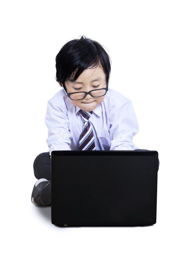 Śliczna chłopiec używa laptop obrazy royalty free