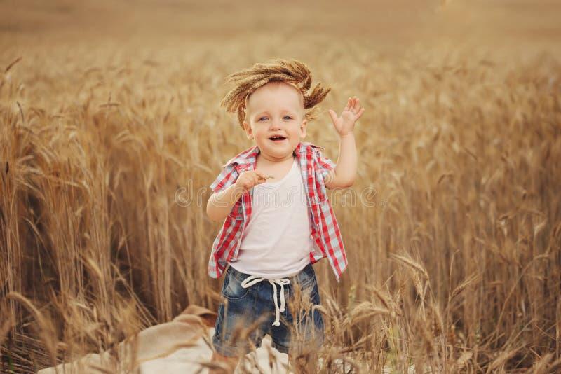 Śliczna chłopiec w jesieni pszenicznym polu zdjęcie royalty free