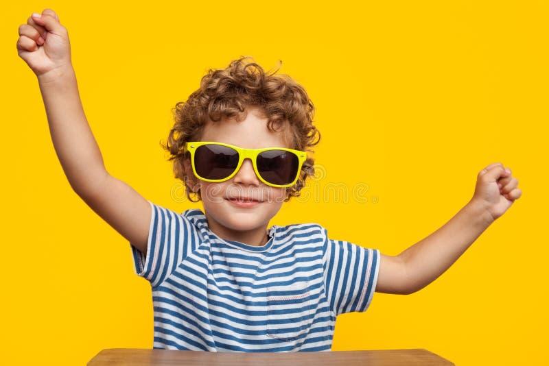 Śliczna chłopiec w okularach przeciwsłonecznych fotografia royalty free