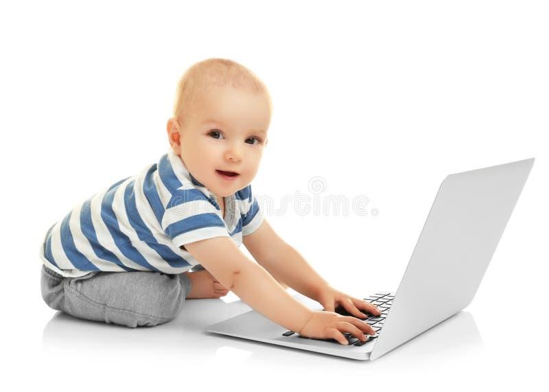 Śliczna chłopiec z laptopem zdjęcie stock
