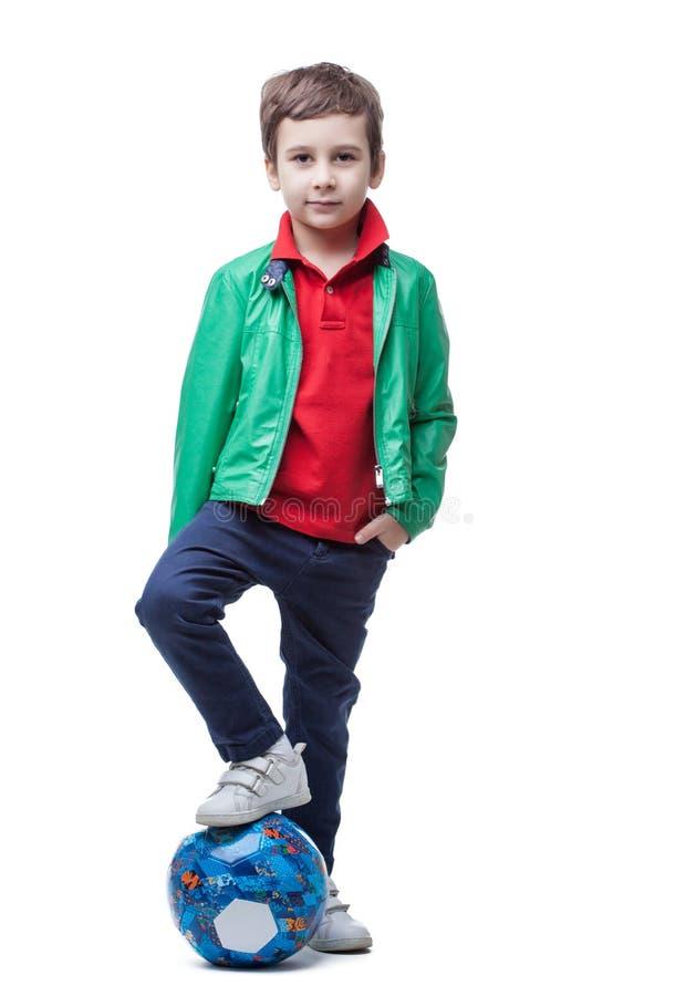 Śliczna chłopiec z piłki nożnej piłką odizolowywającą na bielu obrazy stock