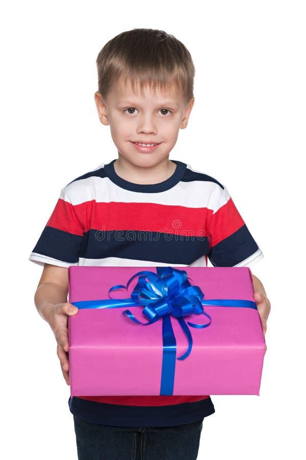Śliczna chłopiec z prezenta pudełkiem zdjęcie stock