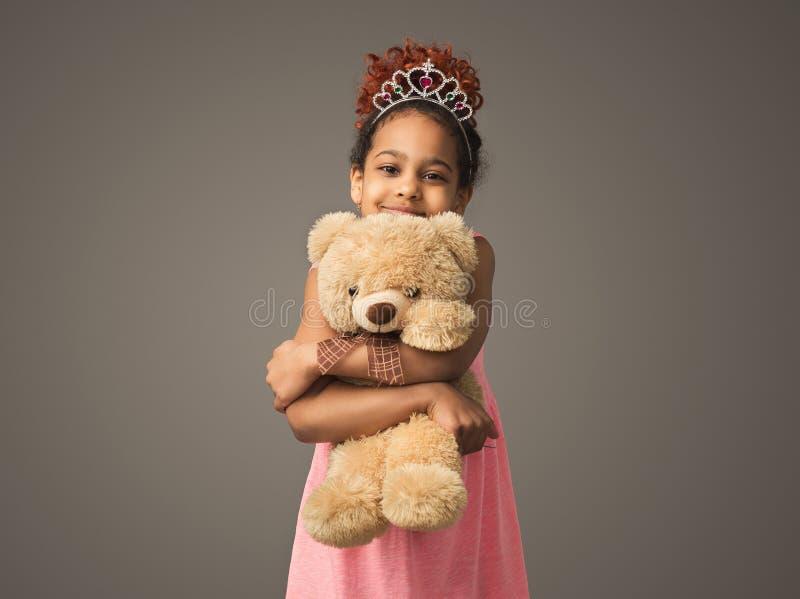 Śliczna czarna dziecko dziewczyna w princess tiarze z zabawką obrazy royalty free