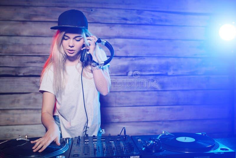 Śliczna dj kobieta ma zabawę bawić się muzykę przy klubu przyjęciem zdjęcie stock