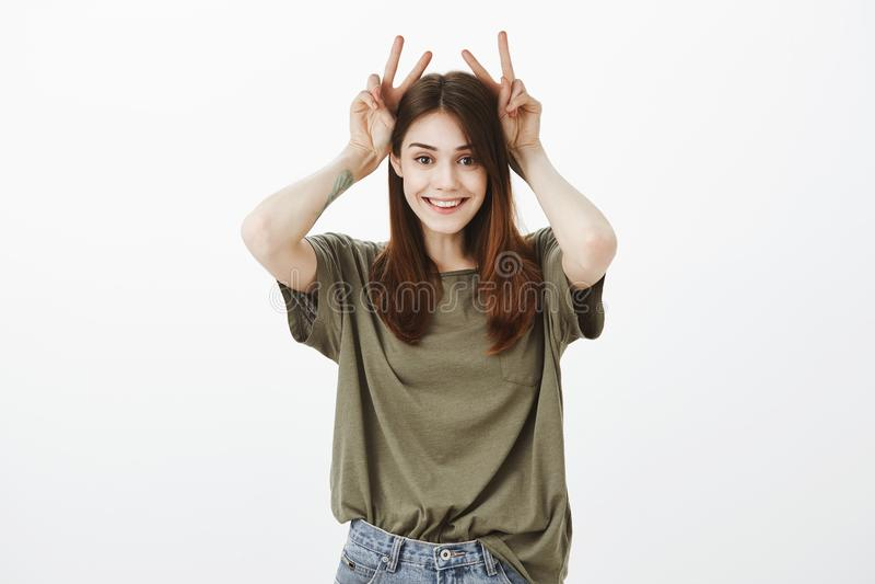Śliczna dziecięca dziewczyna jest figlarnie Pracowniany portret atrakcyjna szczęśliwa kobieta trzyma zwycięstwo, ono uśmiecha się zdjęcie stock