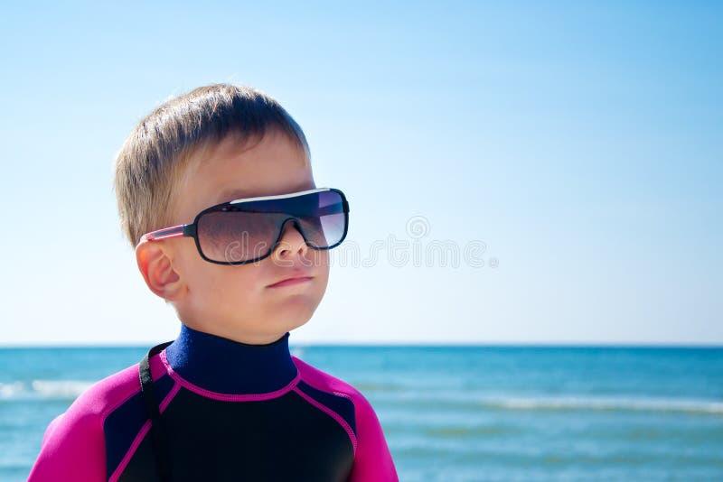 Śliczna dzieciak chłopiec, morze plaża obraz royalty free
