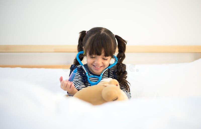 Śliczna dzieciak dziewczyna bawić się lekarkę zdjęcia royalty free