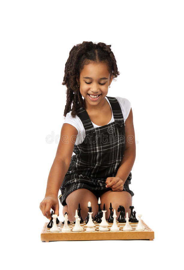 Śliczna dziewczyna bawić się szachy na bielu obraz stock