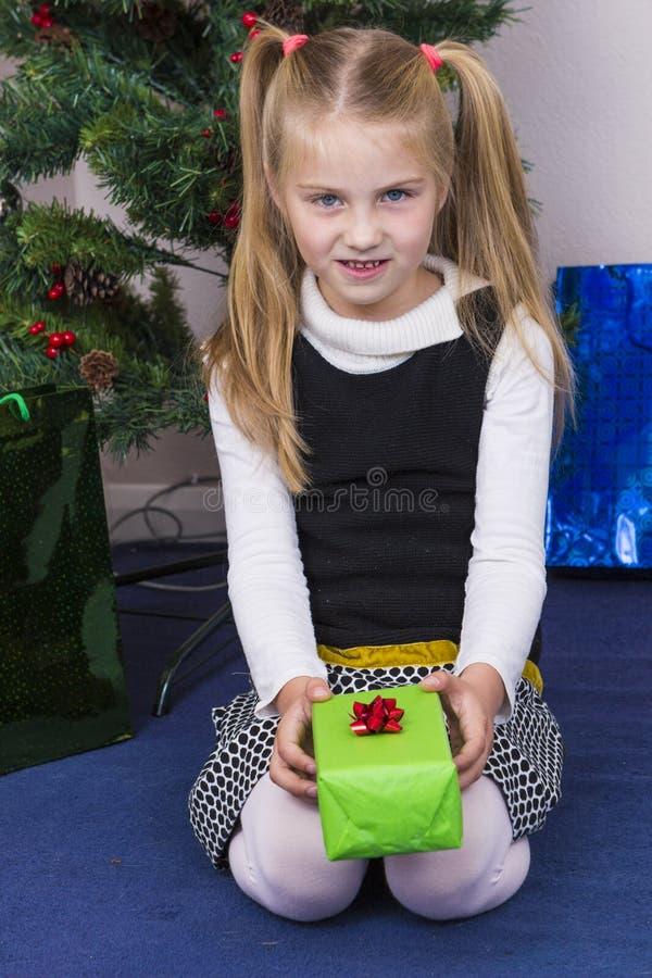Śliczna dziewczyna blisko nowego roku drzewa zdjęcia stock