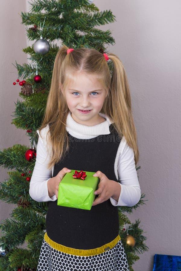 Śliczna dziewczyna blisko nowego roku drzewa obrazy royalty free