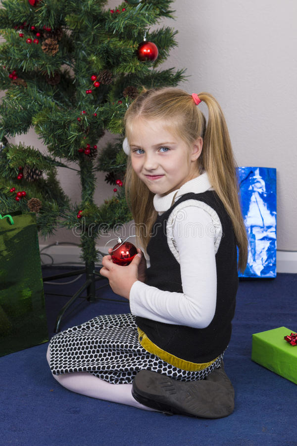 Śliczna dziewczyna blisko nowego roku drzewa zdjęcie stock