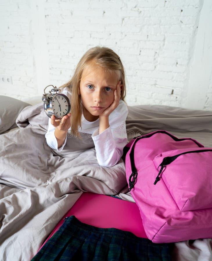 Śliczna dziewczyna czuje bardzo męczę wcześnie rano no chcieć dostawać gotowy dla szkoły obrazy stock