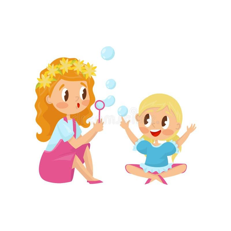 Śliczna dziewczyna dmucha mydlanych bąble z jej małą siostrą Śmieszni dzieciaki ma zabawę wpólnie działalność plenerowa Płaski we ilustracji