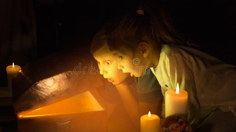 Śliczna dziewczyna i awanturnicza chłopiec zakładamy skarby Szczęśliwi potomstwo piraci zdjęcia stock