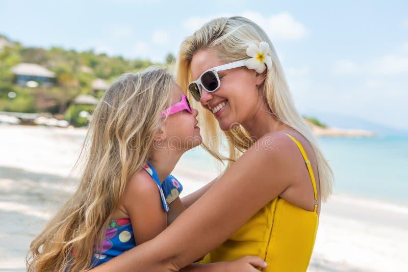 Śliczna dziewczyna i piękna matka na plaży zdjęcie stock
