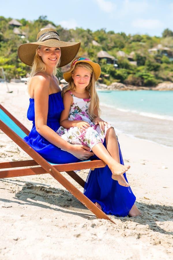 Śliczna dziewczyna i piękna matka na plaży zdjęcia royalty free