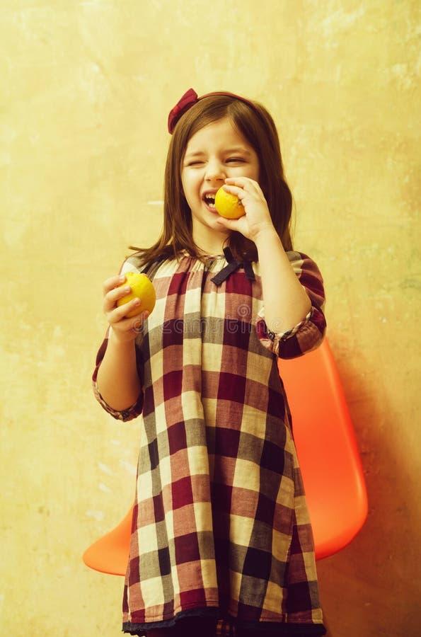 Śliczna dziewczyna je cytryny z mrugać oczy obraz royalty free