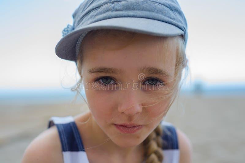 Śliczna dziewczyna jest przyglądająca z poważną twarzą przy kamerą obraz stock