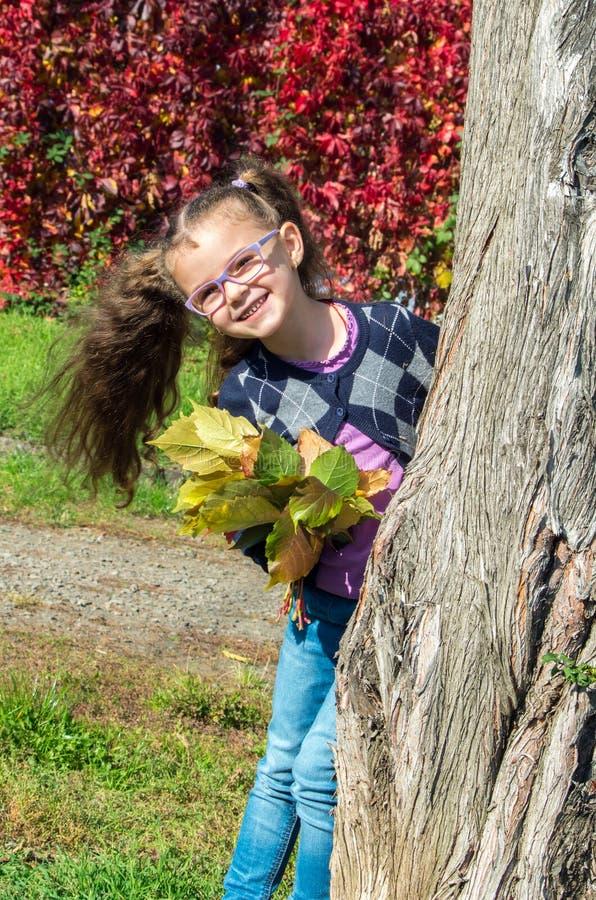 śliczna dziewczyna jest ubranym szkła na natury tle ja zdjęcie stock