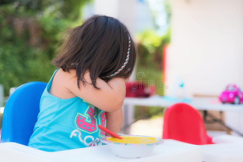 Śliczna dziewczyna odmawia jeść obraz stock