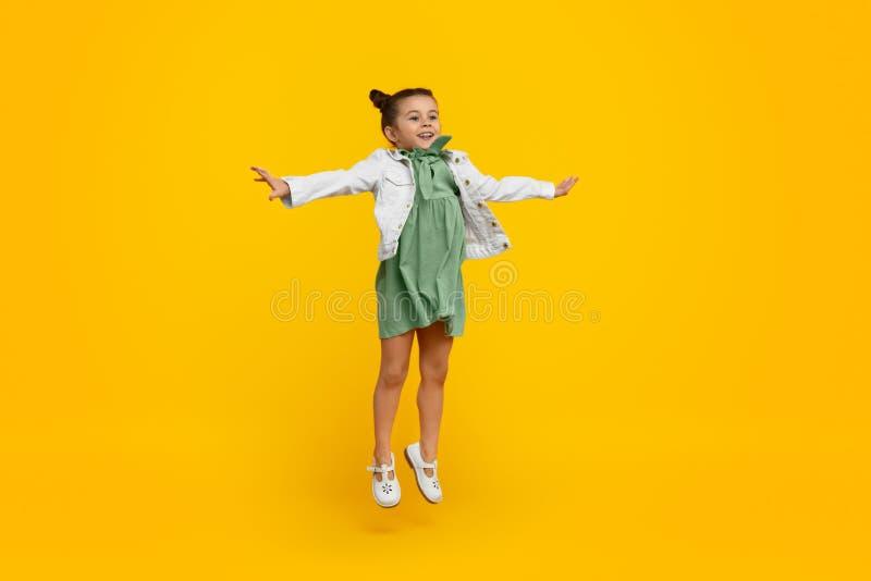 Śliczna dziewczyna ono uśmiecha się i skacze zdjęcia royalty free
